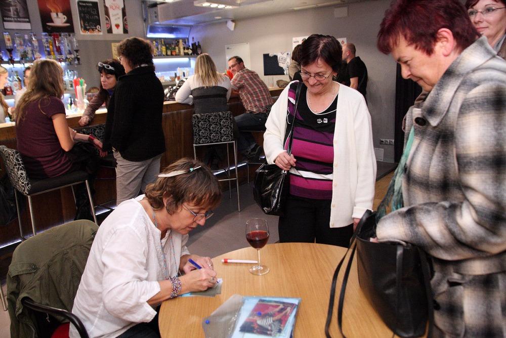 MÁJ – BÁRA HRZÁNOVÁ / literární večer / 4. 11. 2010 // Klub ART