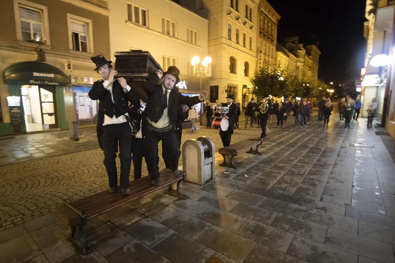 groteska FUNEBRÁCI / festival Malá inventura / 22. 10. 2017 // od Ptačího vrchu do kostela sv. Václava