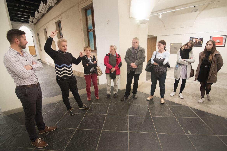 komentovaná prohlídka výstavy ROMAN VONDROUŠ – O DOSTIZÍCH, LIDECH A MASOPUSTECH / 15. 11. 2018 // Dům umění